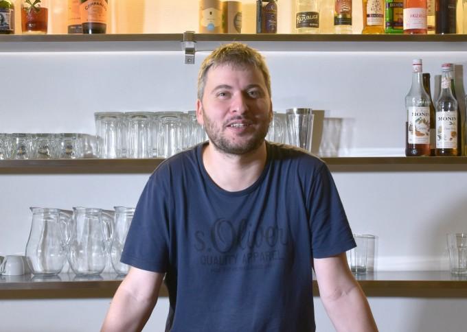 Pavel Trávníček na jednom ze svých oblíbených míst: bar klubovny Modrého ducha.
