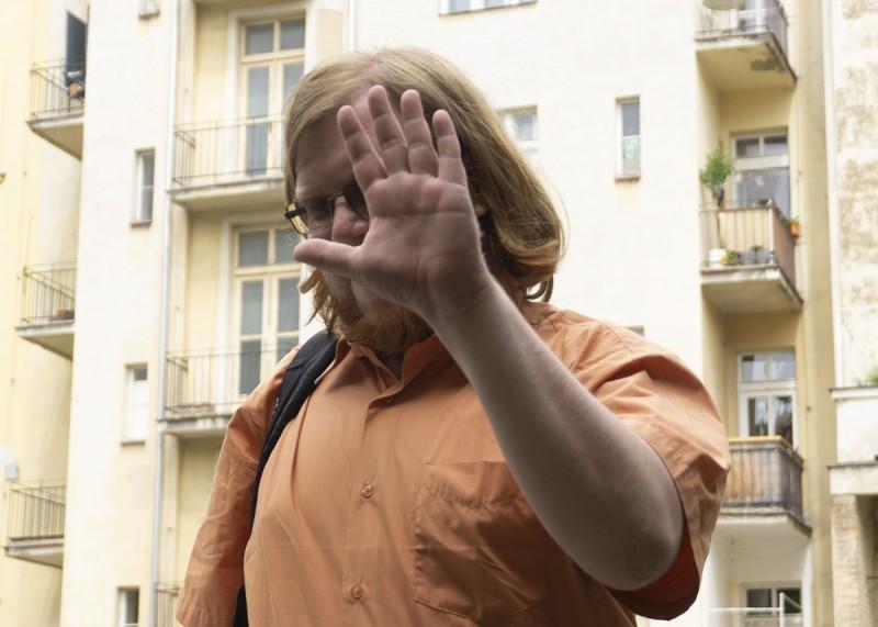 Projektový manažer Honza Groh se skrývá před kamerou, když doráží do práce o půl jedenácté.